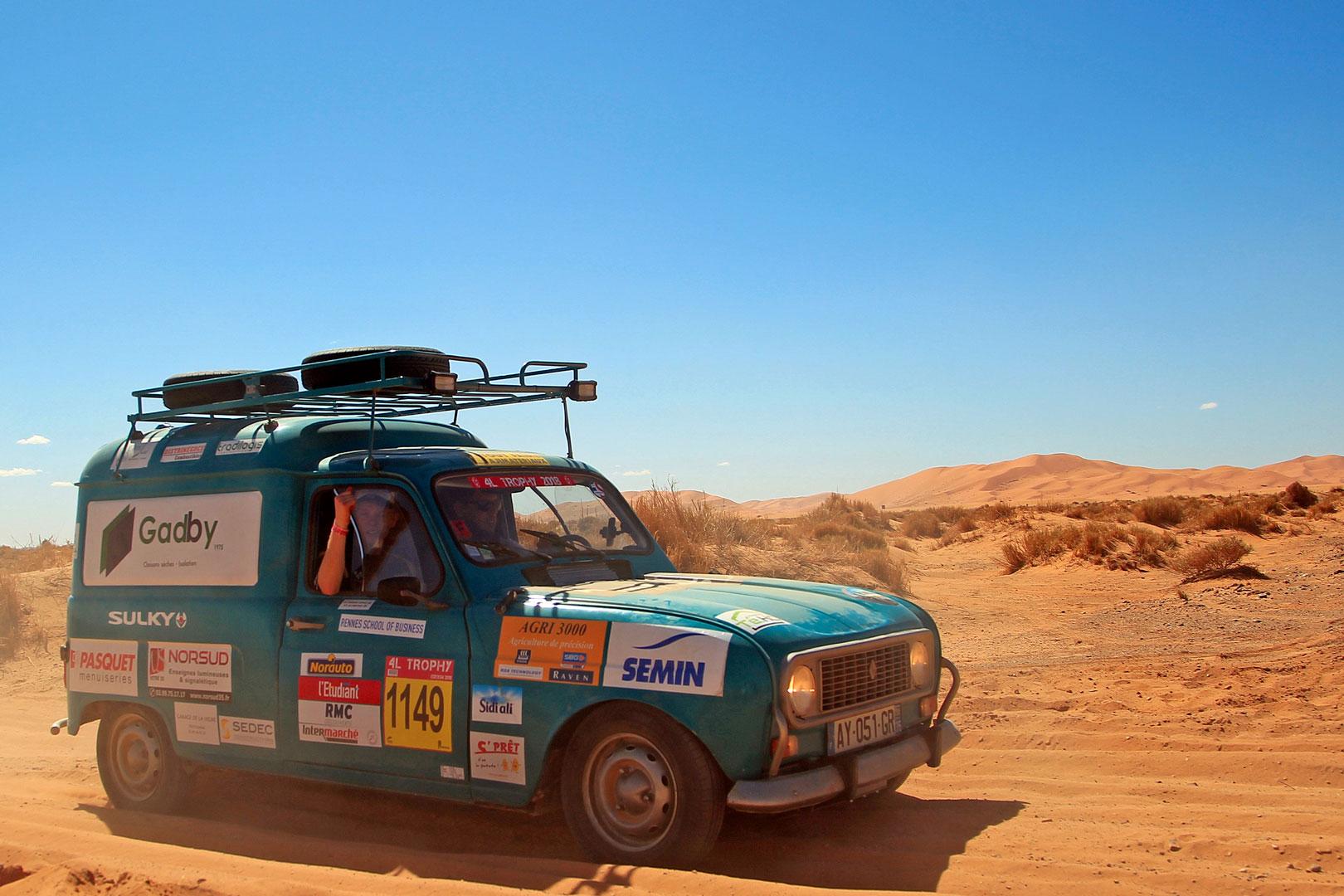 Des fournitures et des sourires pour les enfants du désert